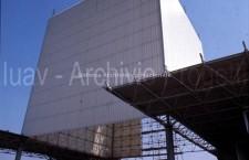 Si completa il rivestimento del Cubo per l'inaugurazione (1971, Ph. Archivio IUAV)