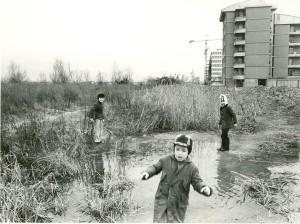 metà anni '70, bimbi giocano nei campi fra di Bissuola fra via Tevere e via Virgilio (da gruppo Facebook Carpenedo)