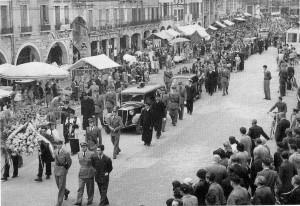1951, funerali solenni in piazza nel giorno del Patrono
