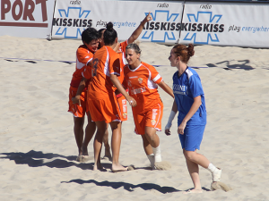 Le ragazze del Mestre Beach Soccer in tenuta arancione (www.lnd.it)