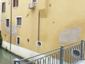 La palla di cannone vista dal Ponte delle Erbe (ph. Toffanello)