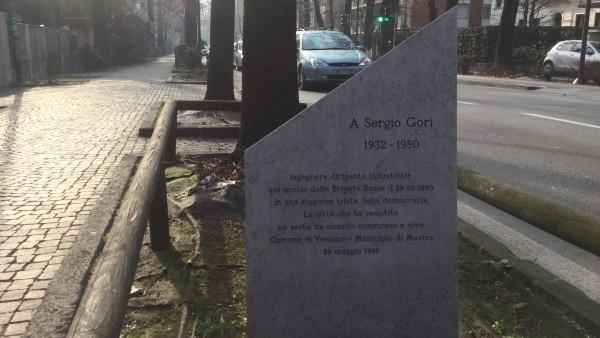 Il cippo dedicato a Sergio Gori in viale Garibaldi